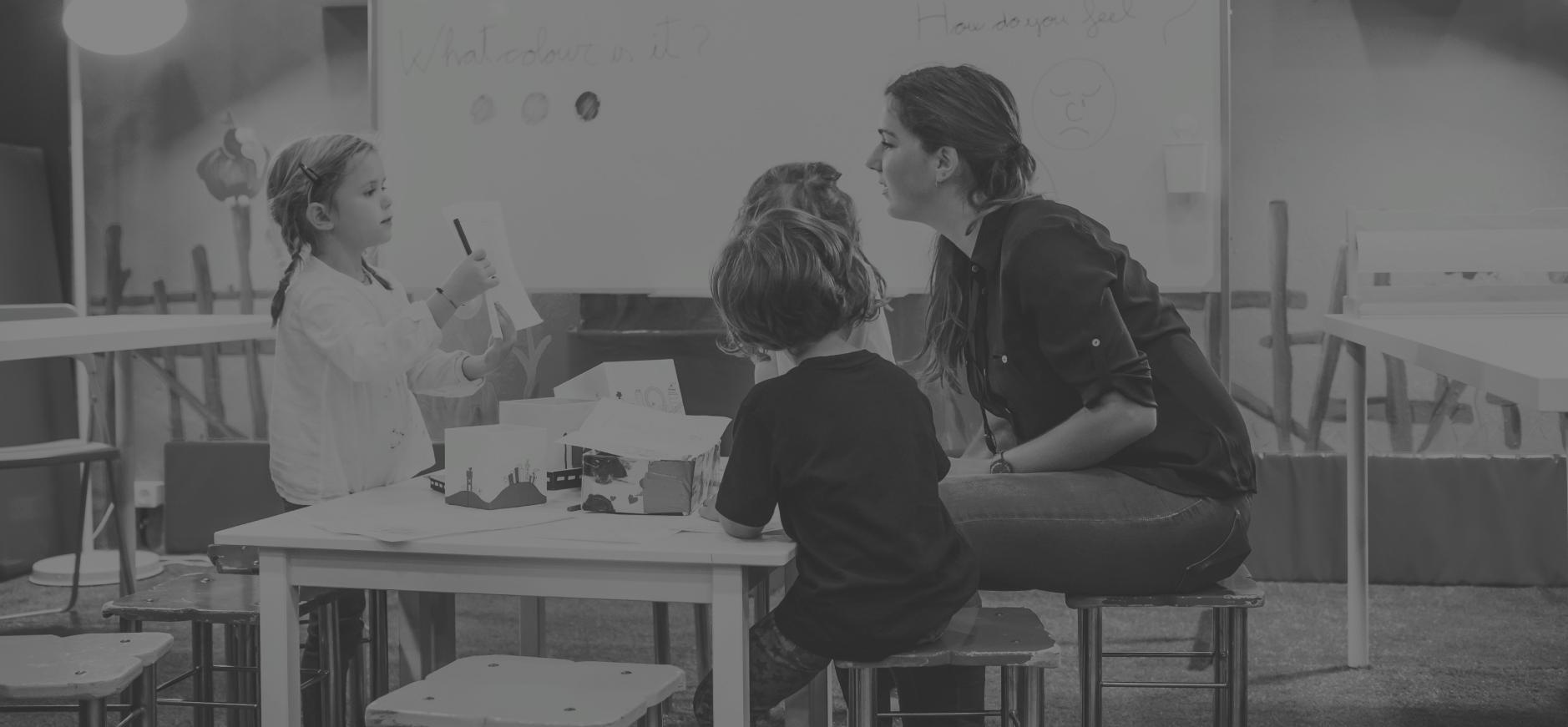 niños y profesora jugando